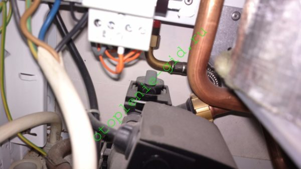 В нижней части корпуса котла, за циркуляционным насосом, притаился автоматический воздухоотводчик.