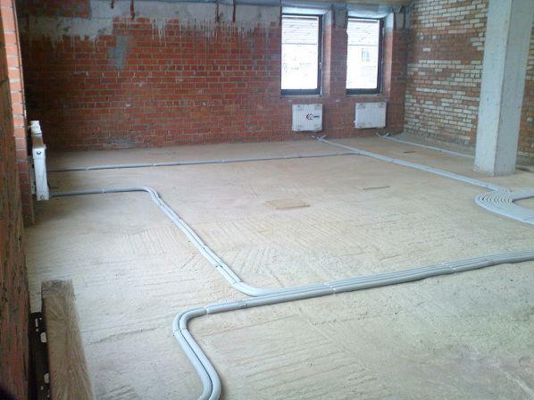 В новостройках отопление часто выполняется с лучевой (коллекторной) разводкой. Трубы укладываются в стяжку.