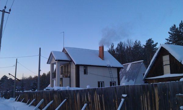 В сильные заморозки дом полностью переходит на отопление твердым топливом.