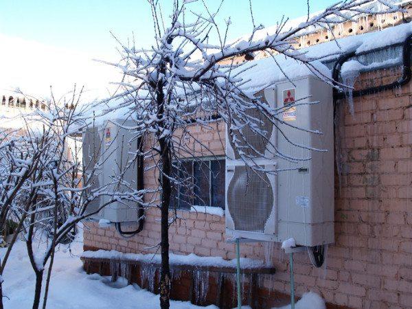 В сильный мороз воздушные тепловые насосы вынужденно простаивают.
