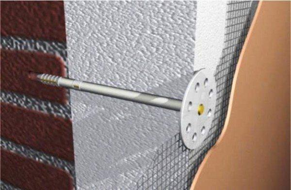 В системах мокрых фасадов материал и приклеивается, и крепится дюбелями