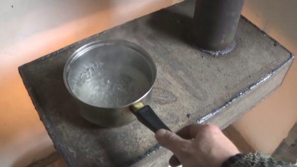 В среднем вода закипает за 3-4 минуты при том что открытого источника пламени нет