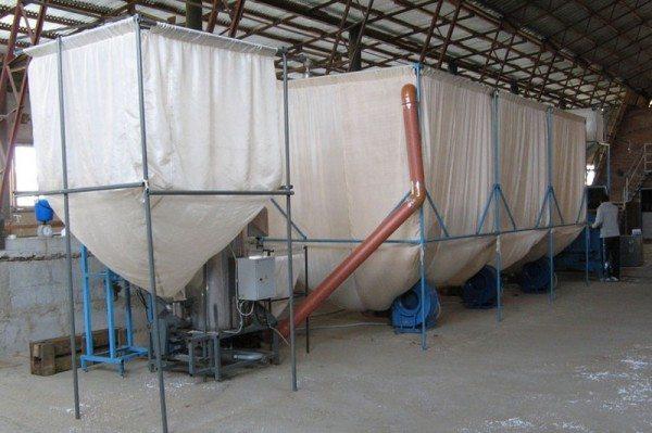 В сушилках гранулы освобождаются от поверхностной влаги.