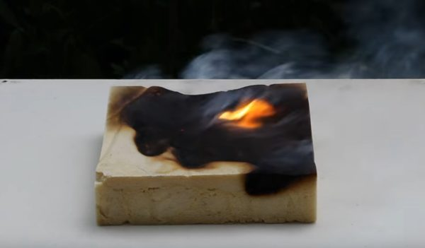В тесте на горючесть с применением бензина ППУ достаточно быстро затухает и не поддерживает горение