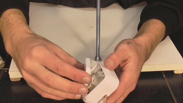 Вместо массивного настенного выключателя, как на фото, можно применить небольшой тумблер