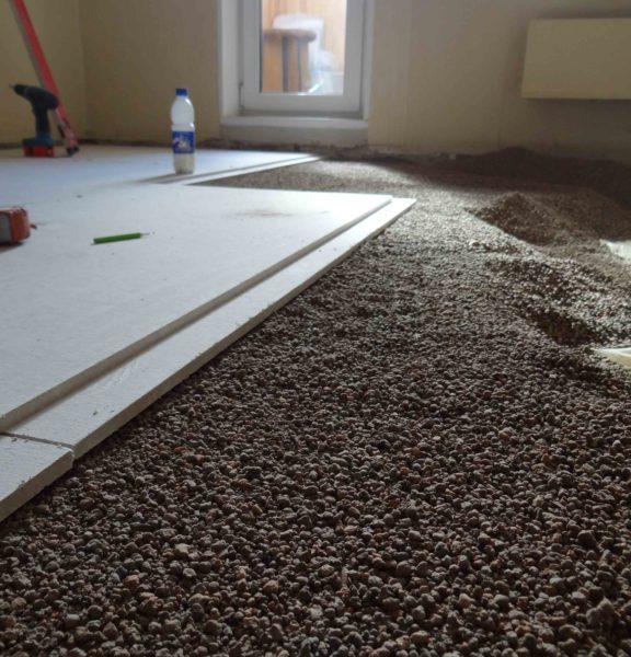 Выравнивающая сухая стяжка (с подсыпкой из керамзитового отсева) и вовсе не даст выигрыша по высоте помещения по сравнению с бетонной.