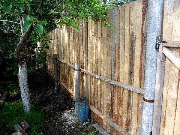 Заборные столбы из асбестовых труб.