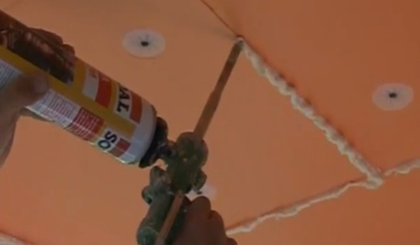 Запенивание стыков между плитами утеплителя монтажной пеной.
