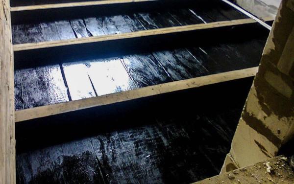 Защита древесины битумным составом.