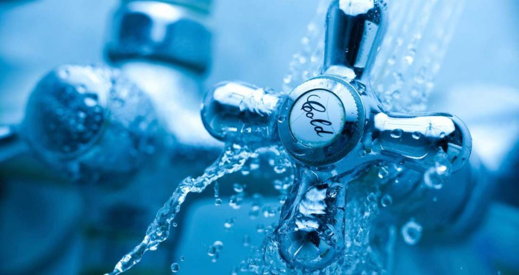 Зимой температура воды на выходе недорогого проточника снизится на 15-20 градусов по сравнению с летом.