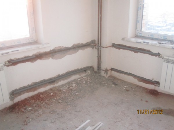 А вот спрятать в стене медные трубы, как это сделано на фото - идея более здравая. Медь не боится коррозии и имеет практически неограниченный срок службы.