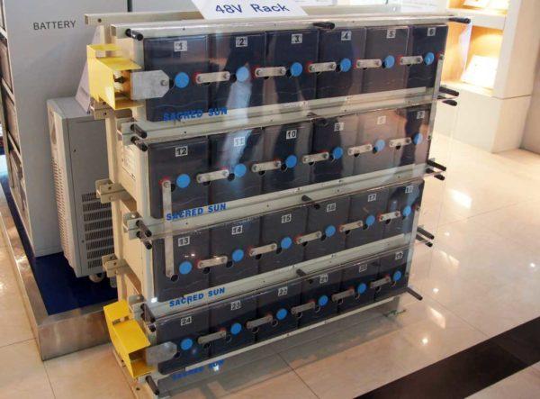 Аккумуляторы для бытовой солнечной электростанции — для удобства монтажа по бокам предусмотрены кронштейны для стойки