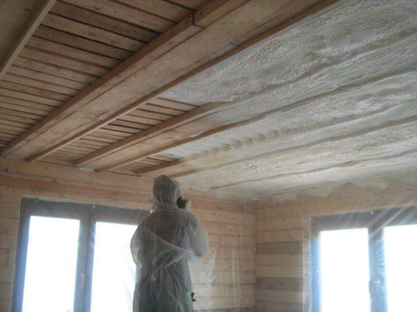 Благодаря хорошей адгезии теплоизоляция легко держится даже на потолке
