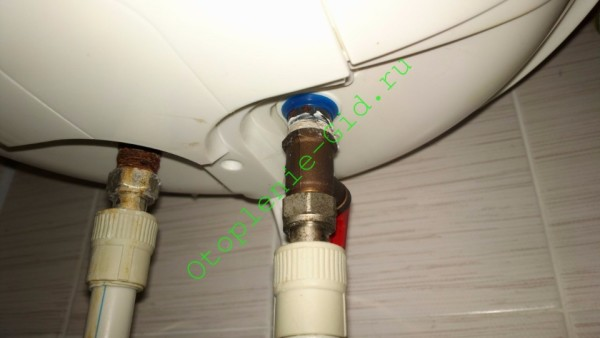 Бойлер на фото снабжен предохранительным и обратным клапанами, смонтированными в одном корпусе.