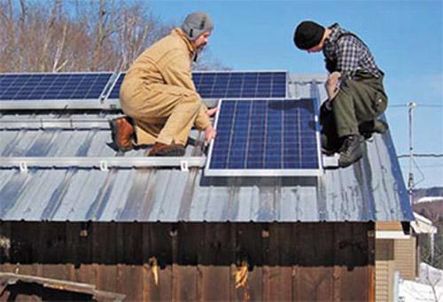 Частный дом с солнечными батареями на крыше