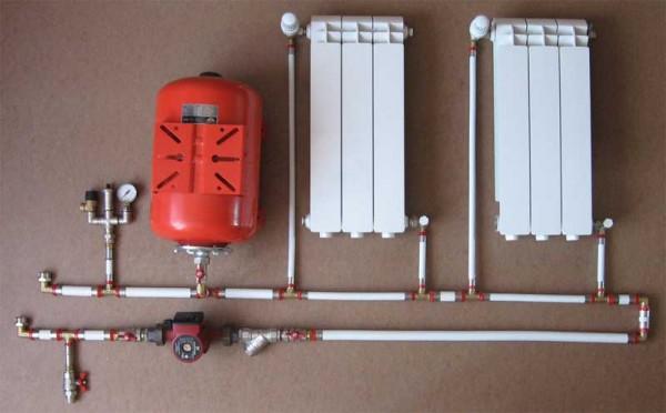 Чтобы измерить внутренний объем контура, достаточно заполнить его водой, а потом слить ее через нижний сбросник.