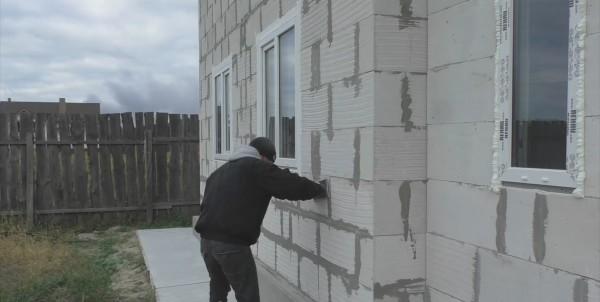 Чтобы укладка пенополистирола на стены была проще, теркой или шпателем убираем все неровности