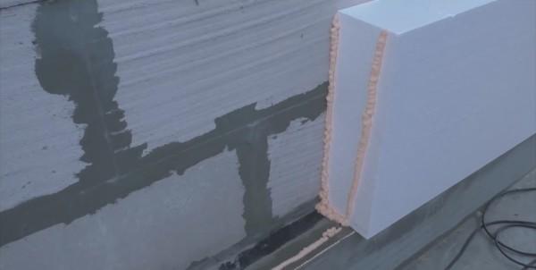 Чтобы утепление стен снаружи было герметичным, клей наносим на торцы плит