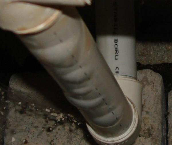 Деградировавшая из-за перегрева труба с расслоением оболочки и армирующей фольги.