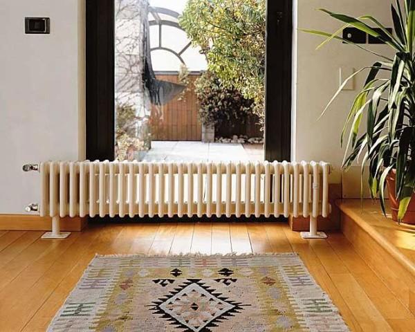 Длинный радиатор смотрится очень интересно в интерьере.