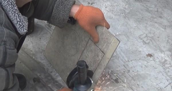 Для резки металла по криволинейной траектории рекомендую использовать болгарку с небольшим диаметром отрезного диска