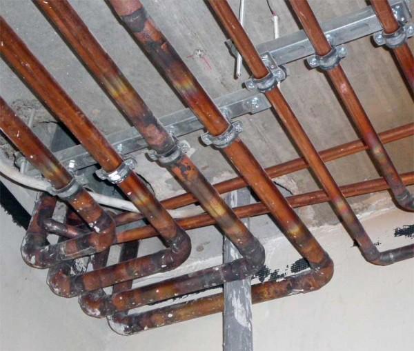 Для сборки медного трубопровода нужны вальцовка и паяльник. Кстати, медь нельзя использовать с алюминиевыми радиаторами: они образуют электрохимическую пару, что приводит к разрушению алюминия.