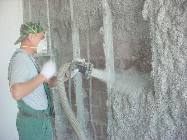 Для утепления стен эковатой требуется специальное оборудование