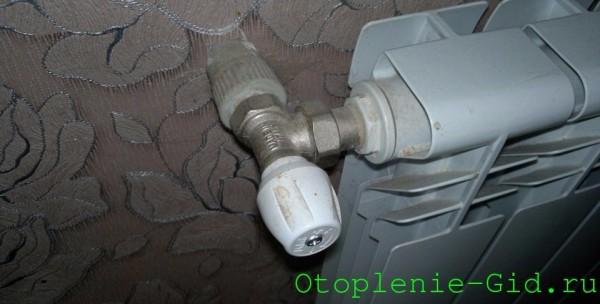 Дроссель на подводке ограничивает расход тепла через радиатор.