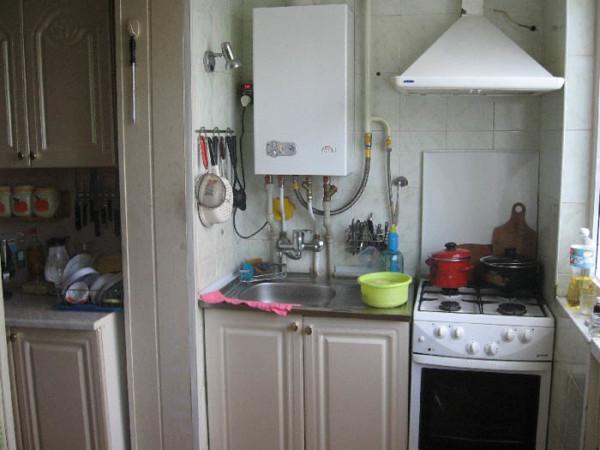 Двухконтурный газовый котел на фото, как видите, занимает очень немного места даже в компактной кухне.