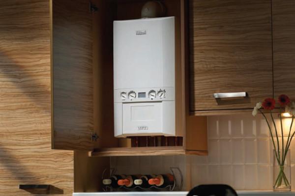 Двухконтурный настенный газовый котел спрятанный в кухонный шкаф