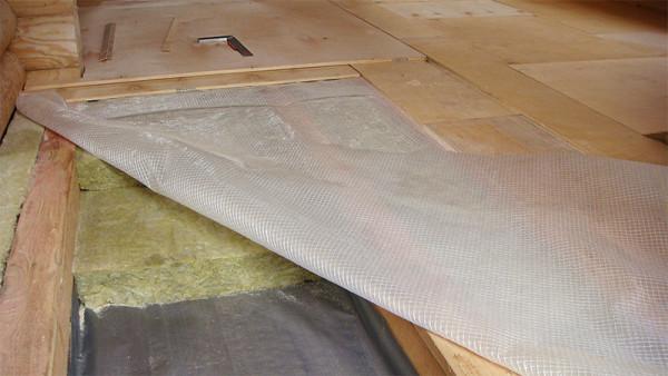 Двухслойный фанерный настил в деревянном доме.