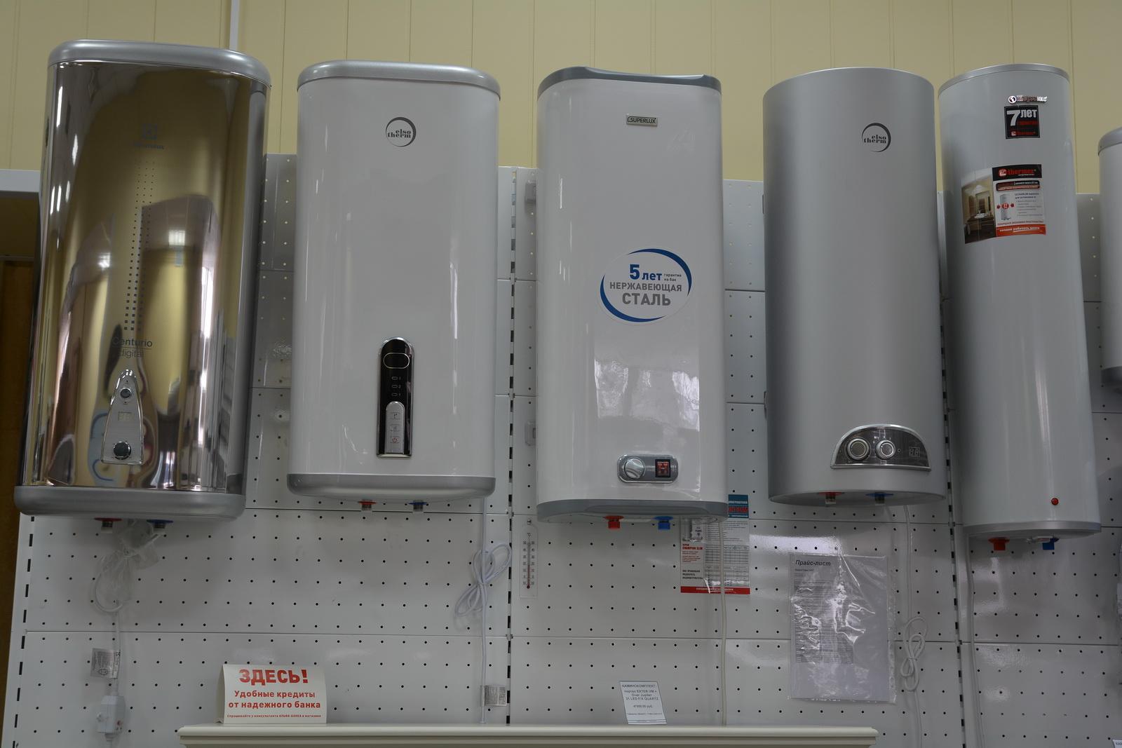 Электрические бойлеры на витрине магазина.