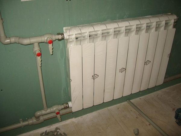 Если краны на подводках к радиатору полностью или частично закрыты, кран на байпасе должен быть полностью открыт.