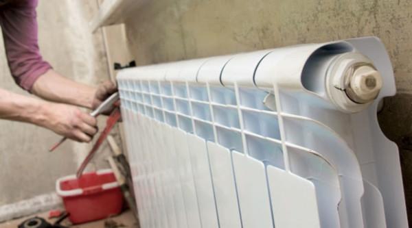Если под батареей обнаружена жидкость - для устранения течи радиатора следует принимать срочные меры.