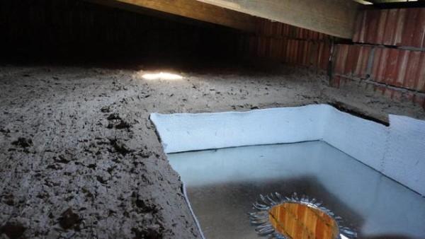Если утепляется потолок бани, то пространство около трубы закрывается асбокартоном