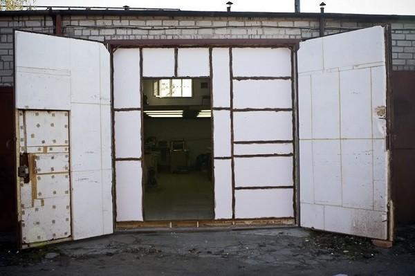 Если ворота двойные, то утепляются оба дверных блока