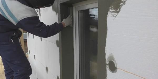 Если защитная плёнка с окна уже снята, перед армированием рекомендую оклеить раму малярным скотчем