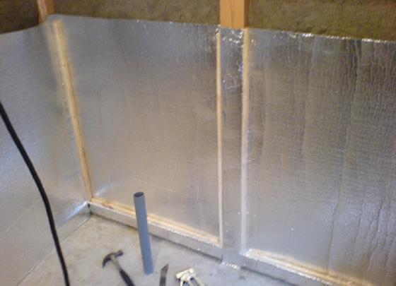 Фиксация ватных плит при помощи фольгированного пенофола.
