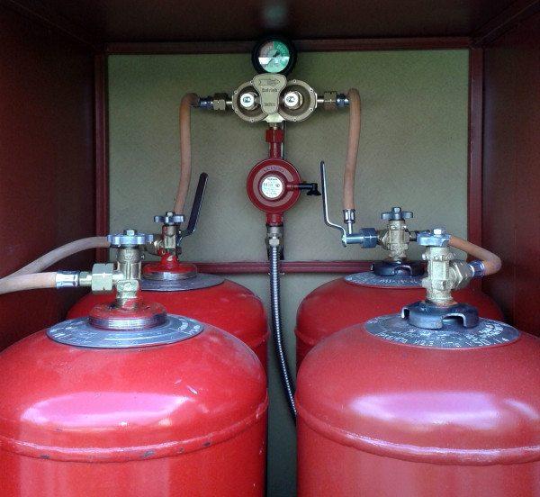 Газобаллонная станция увеличивает автономность отопительной системы до нескольких дней. Потом баллоны нужно заправлять.