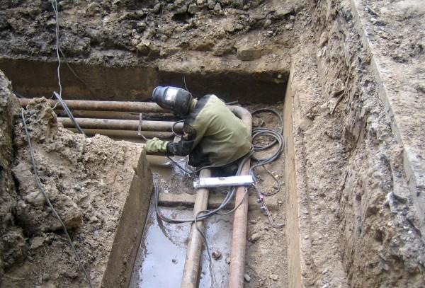 Где тонко, там и рвется: при испытаниях теплотрассы порывы происходят на наиболее изношенных участках труб.
