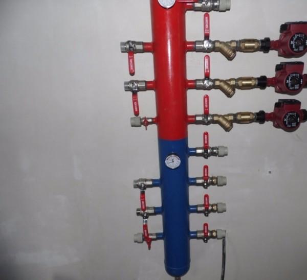 Гидрострелка с патрубками для подключения нескольких контуров.