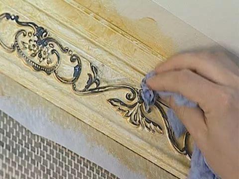 Глейзами можно выделить рельефный узор пенопластовых декоративных элементов