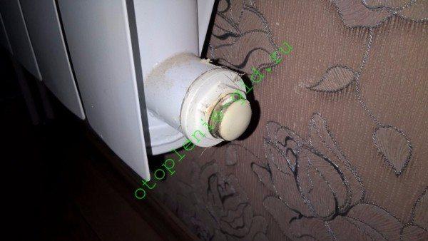 Глухая пробка любого современного радиатора легко превращаются в проходную, готовую к установке промывочника. Достаточно выкрутить заглушку.