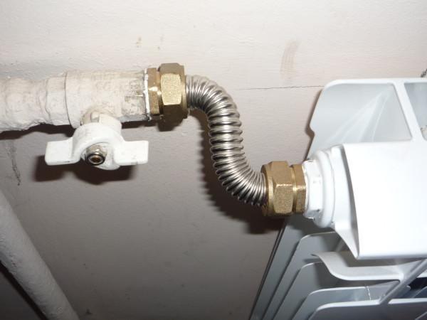 Гофрированная нержавеющая труба использована для соединения радиатора с краном на подводке.
