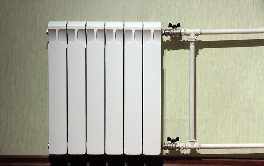 Используются только стальные трубы. Полимерные лишают применение прочного радиатора всякого смысла, становясь слабым местом конструкции