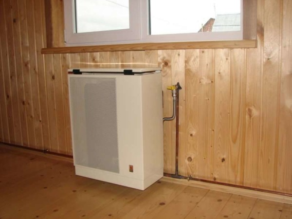 Как видите, газовый конвектор можно монтировать даже на стену из горючего материала.
