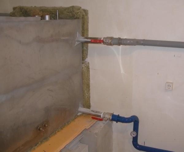 Как видно на фото, при необходимости теплоаккумулятор полностью отключается от контура. Вода идет в обход через байпасы.