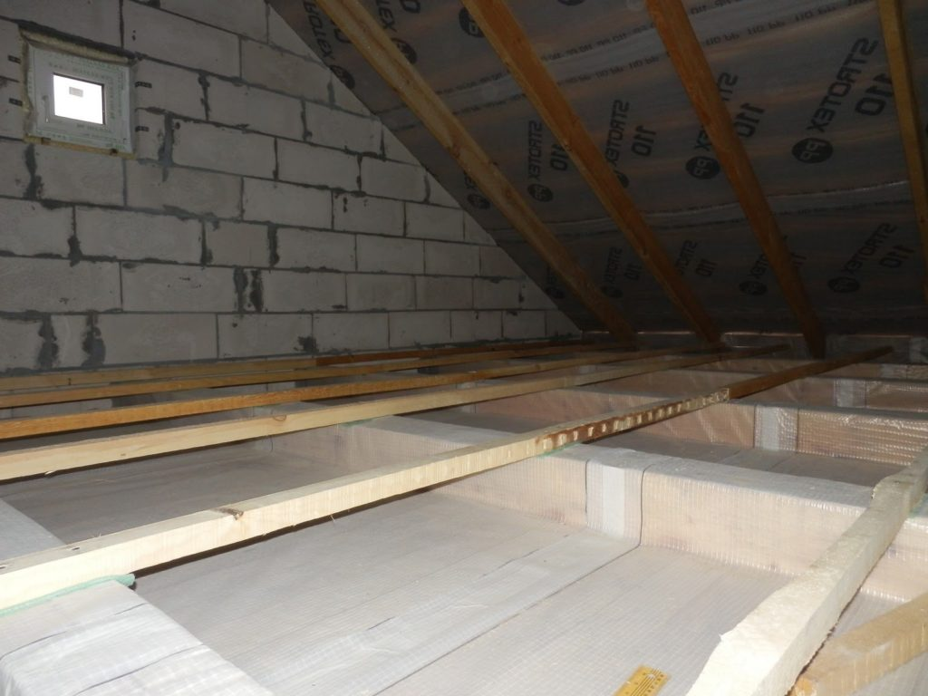 Классическое чердачное перекрытие частного дома – теплоизоляция отсутствует.