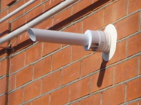 Коаксиальный дымоход на внешней стене дома.