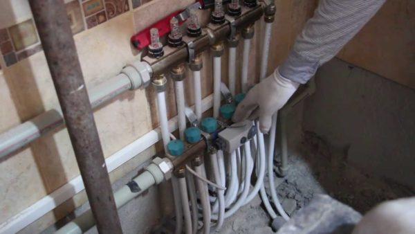 Коллекторы теплого пола. Внутрипольное отопление работает при температуре теплоносителя не выше 35 градусов.